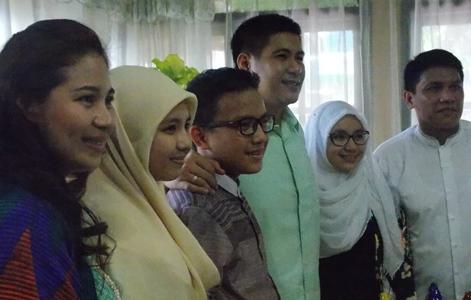Harley Mangindaan dan istri saat foto bersama keluarga Jafar Alkatiri