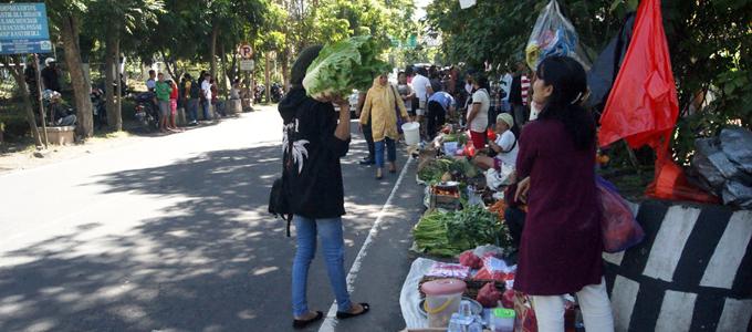 Aksi pedagang Pasar Sagerat di Pintu Kota Bitung (foto ist)