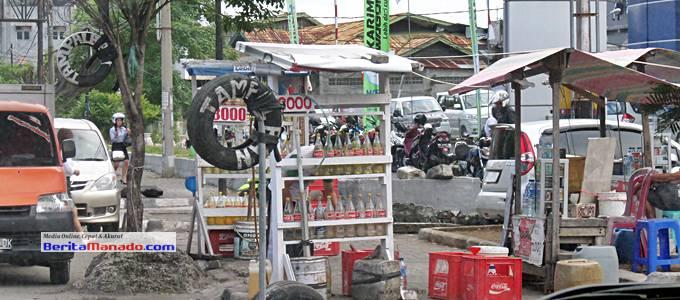 Penjaja Bensin Eceran Botol marak di Manado bahkan dijual diatas Trotoar