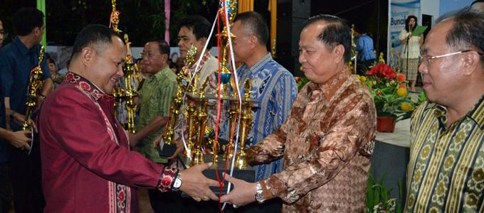 Lomban ketika menerima piala juara di pemeran HUT Provisi Sulut (foto ist)