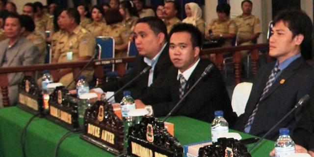 Royke Anter (kanan) saat menghadiri paripurna pelantikan pimpinan definitif DPRD Kota Manado