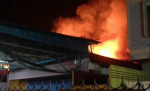 Rabu Malam Ini Toko Alat Musik dan Rumah Kost Depan Wanea Plaza Ludes Dilahap Api