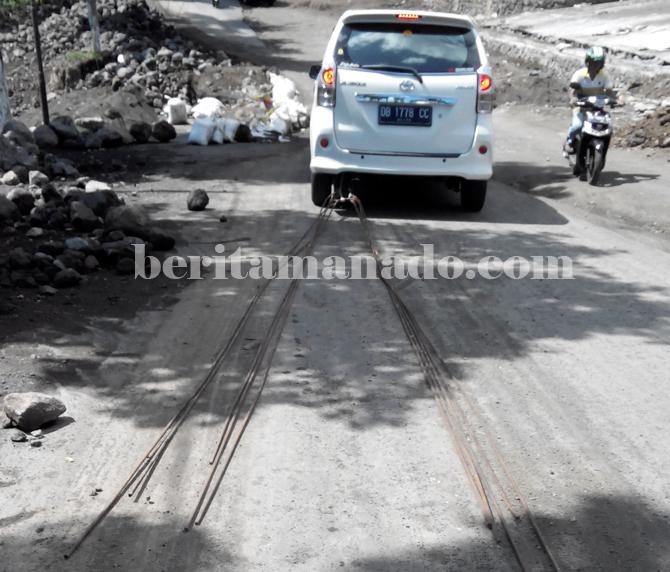 Membayakan pengguna jalan (foto beritamanado)