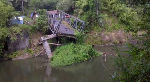 Kondisi jembatan Kuwil yang putus akibat banjir bandang tahun 2014 silam. Foto diambil beberapa pekan setelah bencana.(foto: finda/bmc)