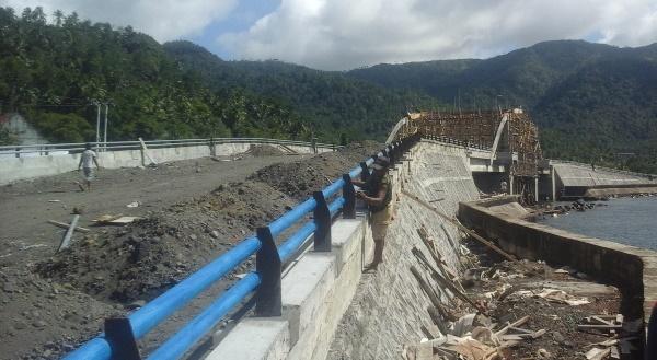 Proyek jembatan di Boulevard Kota Tahuna hingga kini masih belum tuntas. (foto: gun/BMC)