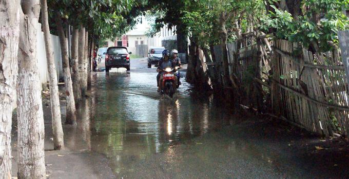 Genangan air di depan SMA Kristen Tumou Tou Girian (foto ist)