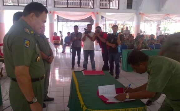 Penandatanganan pakta integritas SKPD di hadapan Bupati HR Makagansa, Wakil Bupati Jabes Gaghana dan Sekda Welly Kumentas.