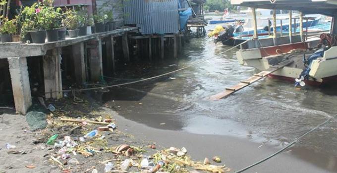 Kondisi di pesisir pantai Likupang Timur, banyak tumpukan sampah.