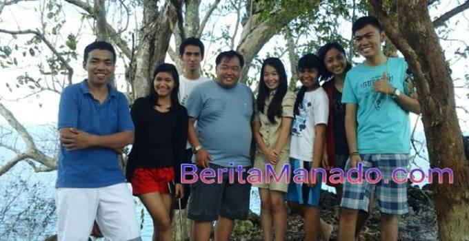 Legislator Minut Denny Sompie, foto bersama sejumlah pengunjung Pulau Komang