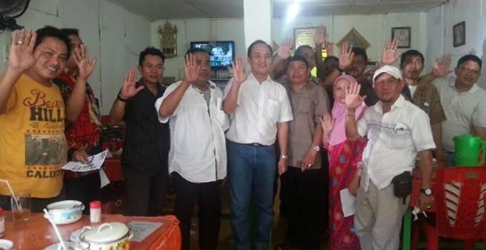 Jemmy Asiku bersama warga