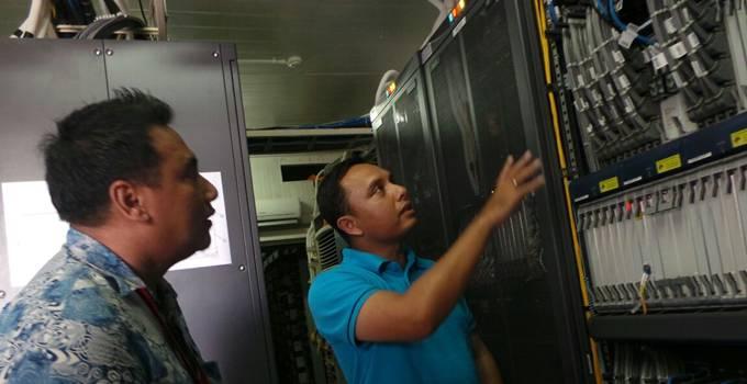 Direktur Service Management XL Ongki Kurniawan (kanan) melakukan peninjauan di salah satu BTS dalam kegiatan uji kesiapan jaringan dan layanan XL untuk menyambut Lebaran