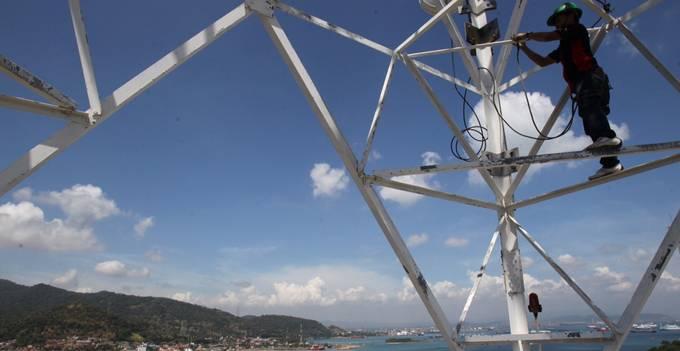 Teknisi XL sedang melakukan pemeriksaan perangkat di salah satu menara BTS XL untuk mempersiapkan jaringan XL pada saat Lebaran