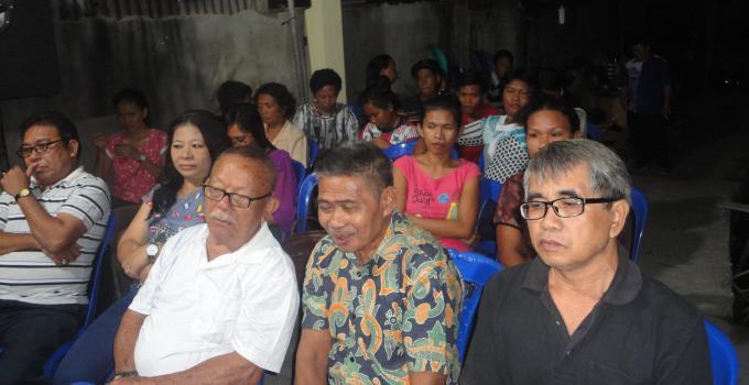 James Karinda reses di Ranomuut warga