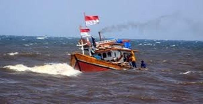 kapal nelayan terombang-ambing