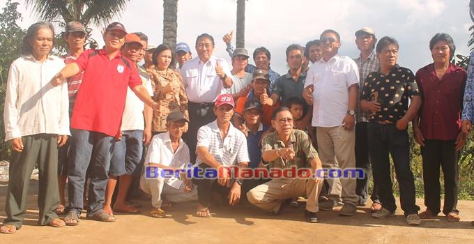 Spudnig Sujono (tengah) Bersama Petani Desa Leleko Kecamatan Remboken