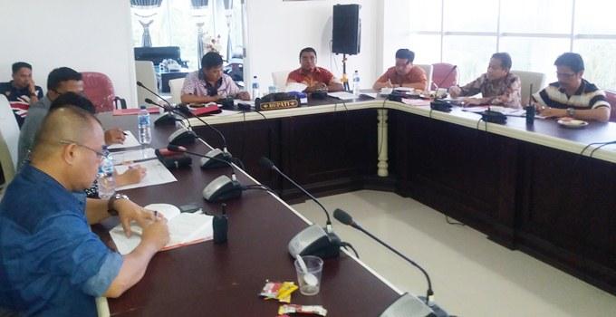 bupati dan jajaran menerima laporan tim pra audit BPK