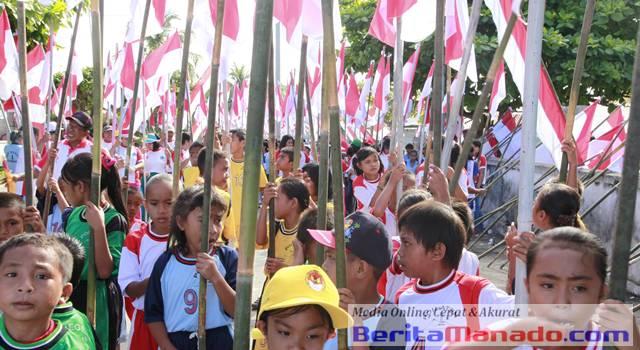 Anak Sekolah dan Bendera Indonesia