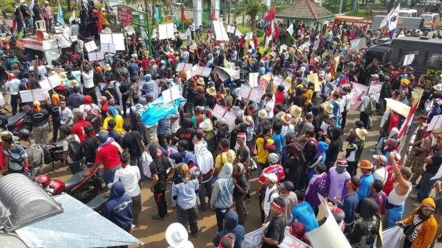 Ribuan pengusaha perikanan dan nelayan ketika bergerak ke KKP