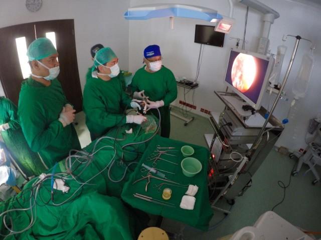 Situasi dalam ruang operasi saat tim bedah saraf sedang melakukan tindakan operasi