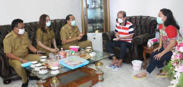 Walikota dan wakil walikota ketika mengunjungi Hanny Sondakh