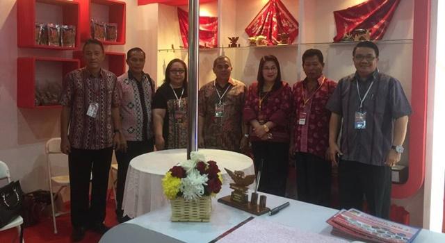 Bupati Minahasa Drs Jantje Wowiling Sajow (tengah) Bersama Perwakilan Jajaran Pemkab Minahasa di Stand Pameran