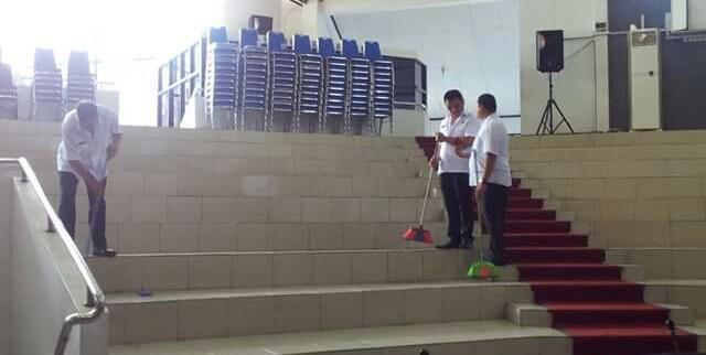 Sejumlah PNS Sekretariat DPRD Kota Bitung menyapu ruangan paripurna
