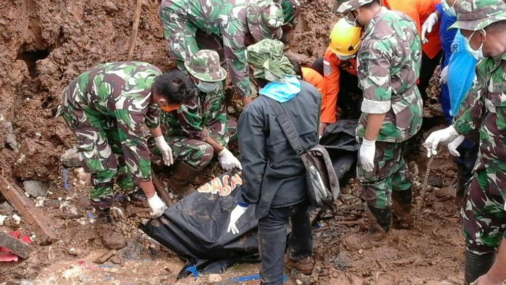 Evakuasi salah satu jenazah yang tertimbun longsor di Sangihe