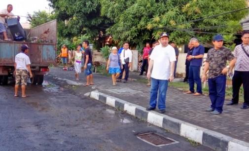 Antisipasi Banjir, Mor Bastiaan Bersihkan Selokan