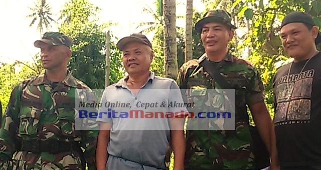 (Kapten Inf Frans Dahua (kiri), Jhon Karungu (tengah), staf koramil 01/STB (kanan)