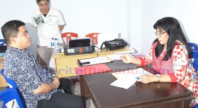 Kaban BKDD Aldrin Posumah, memasukan berkas pendaftaran kepada Ketua Pansel Olfi Lomboan.