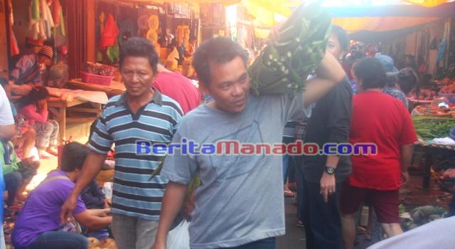 Jemmy Mongkol saat berada di Pasar Langowan