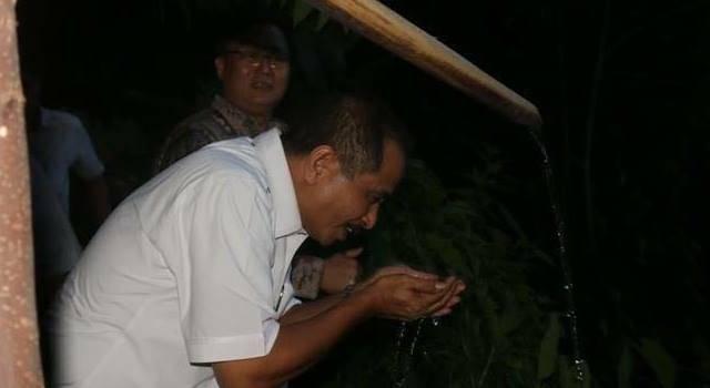 MenPar Arif Yahya Minum Nikmati Mata Air Bersih Jiwa