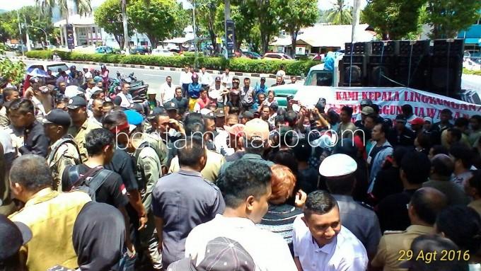 Demoa Pala dan RT di depan Kantor Walikota Bitung