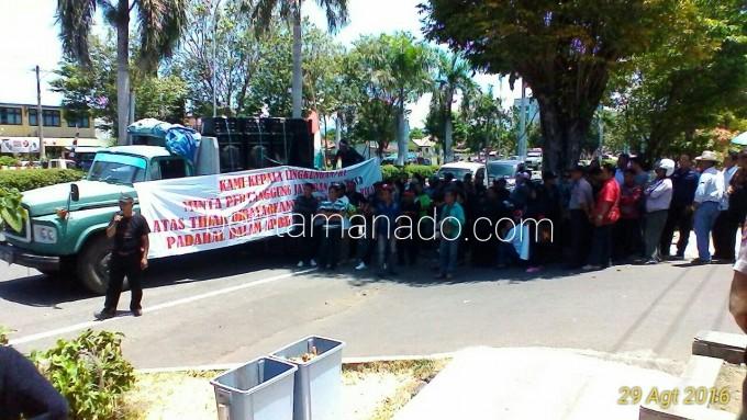 Aksi Pala dan RT di depan Kantor Walikota Bitung