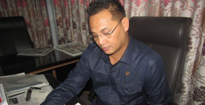 Denny Sumolang membaca dokumen RPJMD