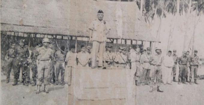 Broer Tumbelaka saat berpidato penerimaan menyerahnya pemberontak Darul Islam di Sulawesi Tengah