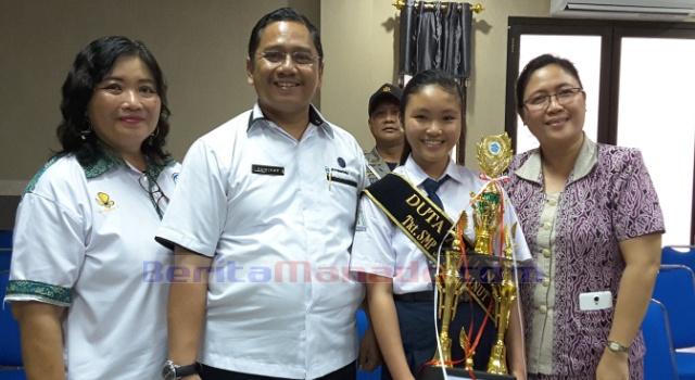 Deylafaith Raranta, foto bersama Kepala BNN Sulut Kombespol Drs Sumirat Dwiyanto MSi, Kepala BNK Minut dr Xandra Dipa dan guru.