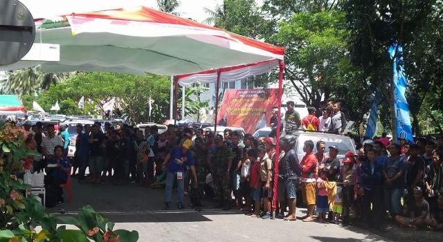 Penonton dan peserta memenuhi sirkuit, bahkan di tenda utama.