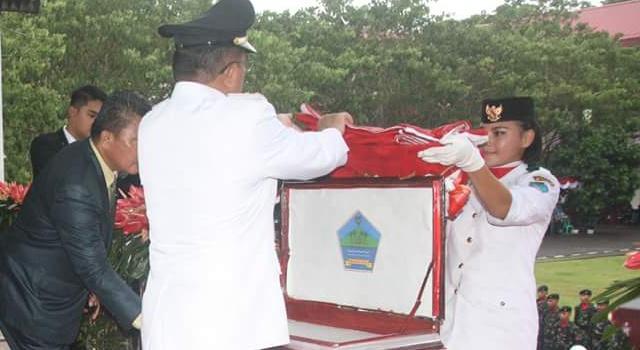 Wabup menerima bendera merah putih dari Paskibra.