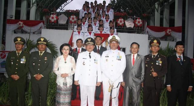 Wabup Joppi Lengkong bersama istri dan Forkopimda, foto dengan Paskibra Minut.