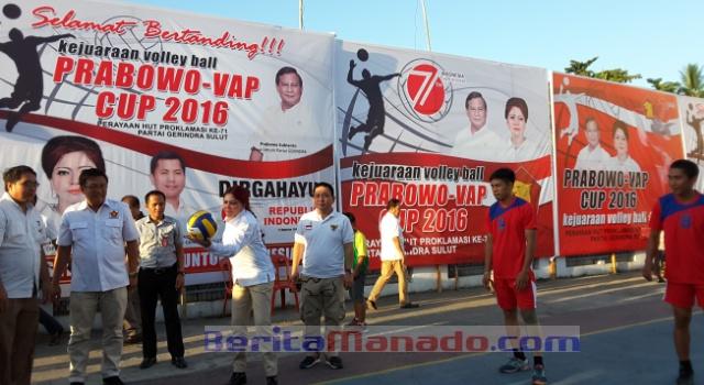 Ketua DPD Gerindra Sulut Vonnie Panambunan didampingi panitia melakukan pukulan pertama bola voli tanda kejuaraan dimulai.