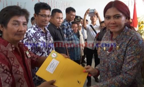 VONNIE PANAMBUNAN Serahkan 864 Sertifikat Prona di Airmadidi
