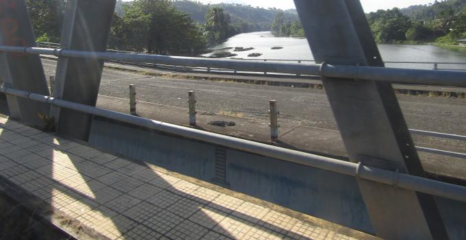 Jembatan baru dan jembatan patah yang berdampingan