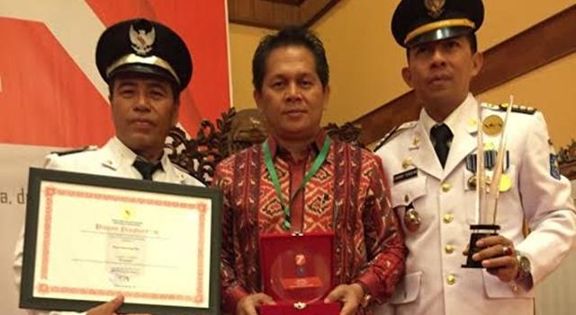 Hukum Tua Desa Kanonang Dua Welly Rawis (kiri) bersama Kepala BPMPD Minahasa Djefry Sajow (tengah) dan Camat Kawangkoan Barat Johny Tendean (kanan)