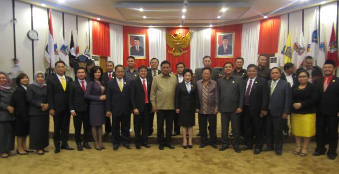 Sjenny Kalangi foto bersama Gubernur