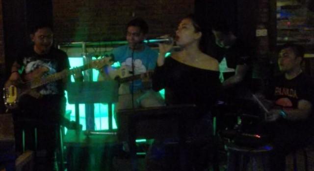 Salah satu home band sedang tampil di The Jarod Cafe and Bar Mega Mas