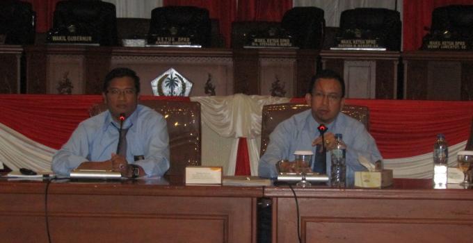 Pejabat Kanwil Pajak menjelaskan kepada anggota DPRD Sulut