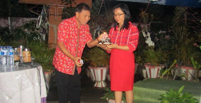 Pemasangan lilin HUT ke-51 Brury Paat didampingi isteri Sym Dra. Meiske Pangemanan