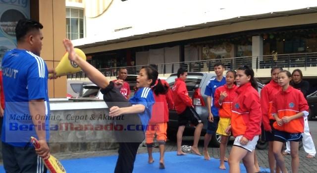 Gloria Kalean dan atlet lainnya sedang menjalani latihan ringan di depan Kantor Pengelola Mega Mas