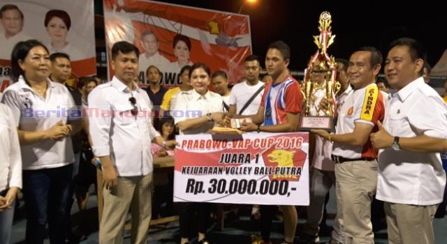Penyerahan hadiah kepada juara pertama Volley Ball putra Bank SulutGo.